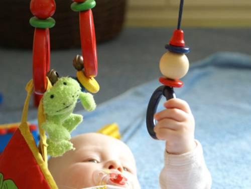 Baby untersucht Spielzeug
