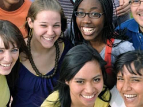 Lächelnde junge Leute