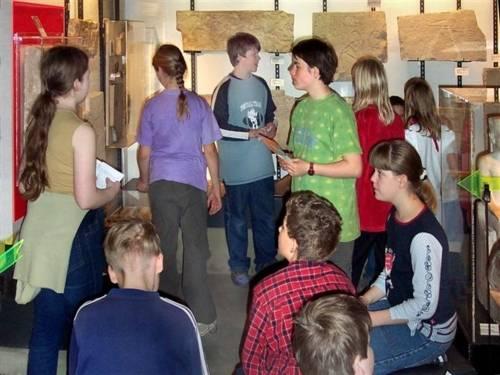 SchülerInnen bei einer Wissensrallye durch das Museum August Kestner