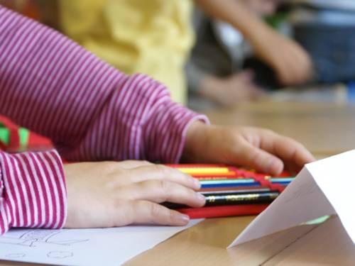 Kinderhände sortieren Stifte