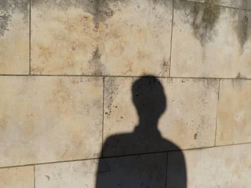 Ein menschlicher Schatten an einer Mauer
