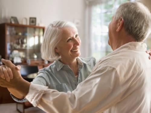 Ein älteres Paar beim Tanzen