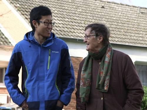 Ein ausländischer Student mit seiner deutschen Vermieterin