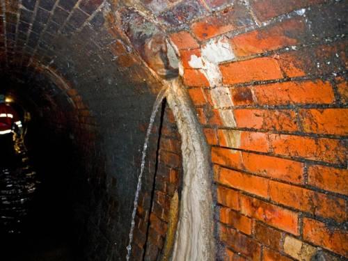 Ein Hausanschluss mündet in einen Abwasserkanal