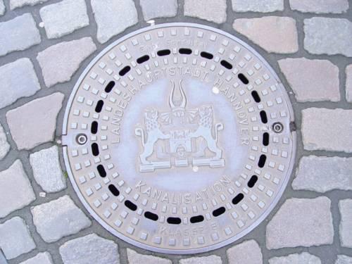 Kanaldeckel mit Wappen der Landeshauptstadt Hannover