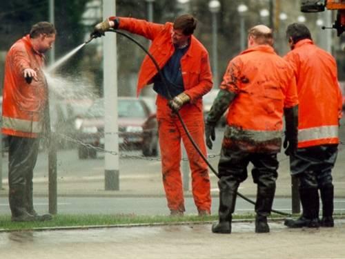 Kanalbetriebsarbeiter bei der Reinigung nach einem Kanalausstieg