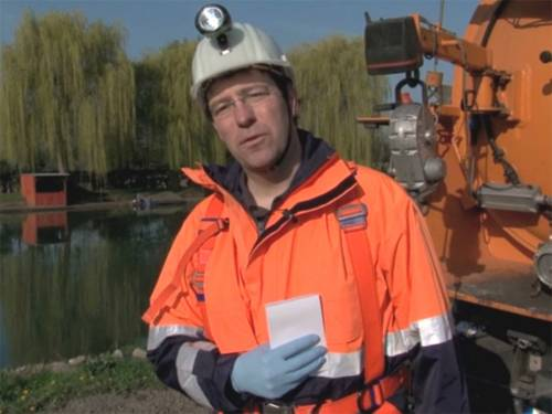 Mann in Kanalarbeiter-Montur