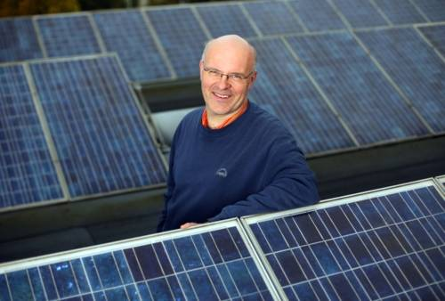 Energieberater Dirk Hufnagel zwischen einer Photovoltaikanlage
