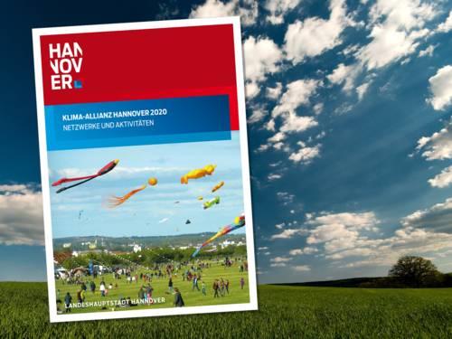 Die Broschüre der Klima-Allianz Hannover 2020 vor blauem Himmel