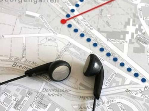 Kopfhörer auf Landkarte