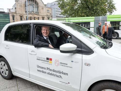 """Oberbürgermeister Stefan Schostok in einem emissionsfreien e-Up-Wagen am """"multimobil""""-Tag"""