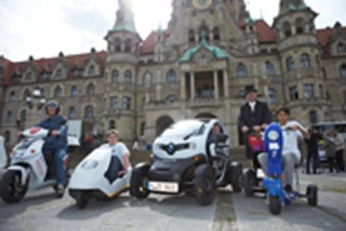 Eine Auswahl von Elektromobilen präsentiert sich vor dem Neuen Rathaus