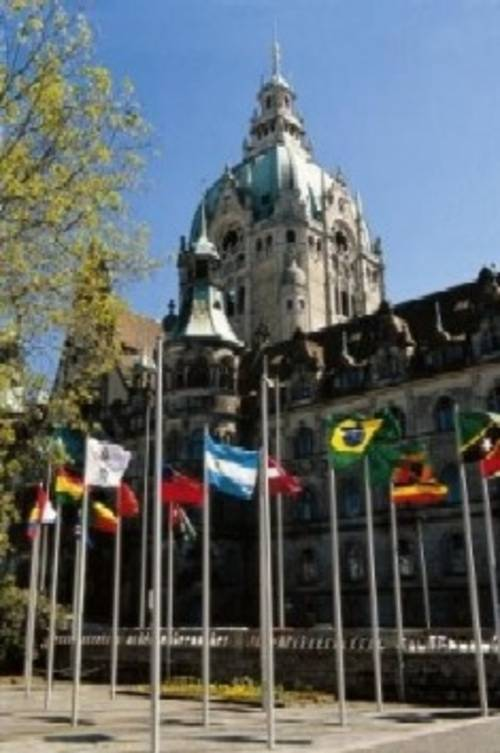 Expoflaggen vor dem Neuen Rathaus