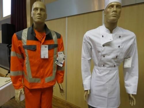 Schaufensterpuppen mit fair gehandelter Arbeitskleidung