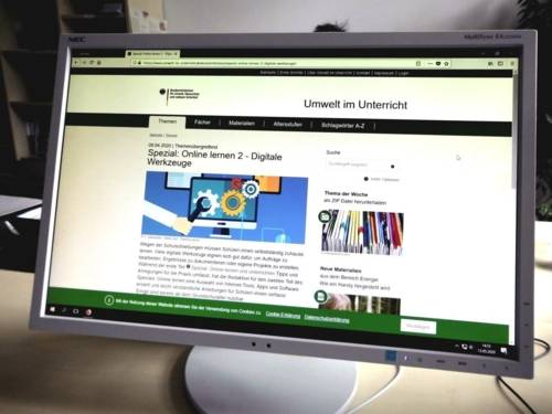 Ein Bildschrim zeigt die Internetseite zu Digitalen Werkzeugen