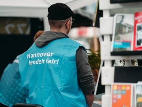 """Eine Person von hinten mit Weste und der Aufschrift  """"Hannover handelt fair!"""""""