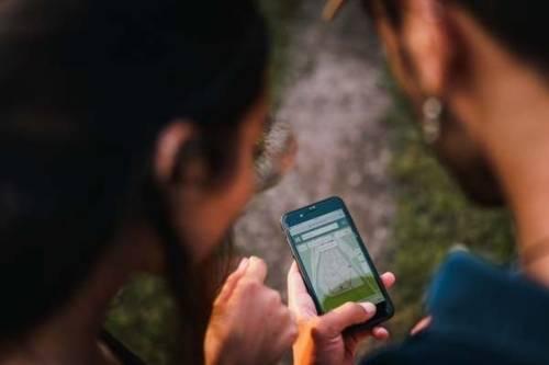 Zwei Personen schauen auf ein Handy