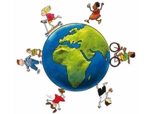 Das Logo der Kindermeilenkampagne zeigt Kinder, die sich mit Fahrrad, Roller und zu Fuß um die Weltkugel bewegen.