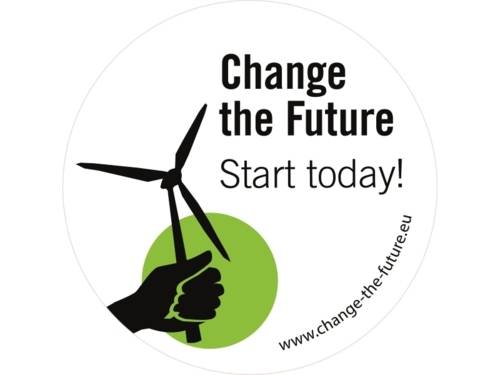 Das Logo Change the Future zeigt eine Hand, die ein Windrad hält vor einem grünen Hintergrund