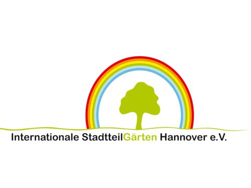Logo der Internationalen StadtteilGärten Hannover e.V., welches einen gezeichneten, grünen Baum zeigt, der von einem Regenbogen umgeben ist.