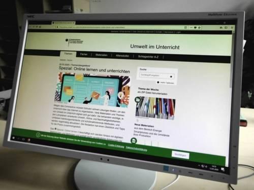 Ein Bildschirm zeigt die Internetseite zum Online-Lernen.