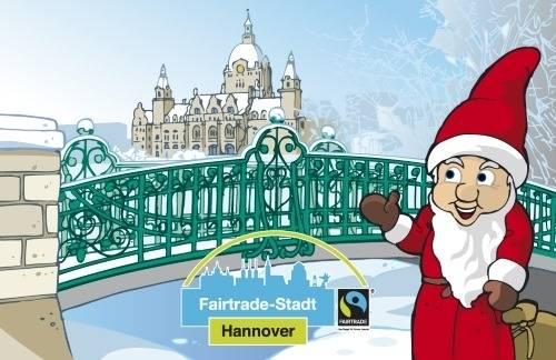 Weihnachtswichtel vor dem winterlichen Neuen Rathaus.