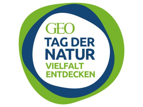 """Logo des GEO-Tags der Natur mit einem Blauen und grünen Ring um den Text und dem Zusatz """"Vielfalt entdecken""""."""