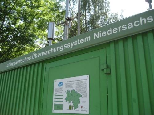 """Schriftzug """"Lufthygienisches Überwachungssystem Niedersachsen"""" auf einem grünen Containerbau"""