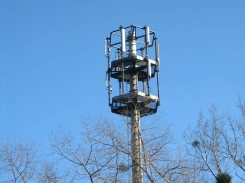 Mobilfunkanlage vor blauem Himmel