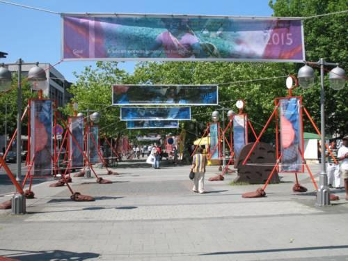 Große Schautafeln in angedeuteter Menschengestalt weisen Fußgänger in Hannovers Innenstadt auf die Millenniumsentwicklungsziele hin.