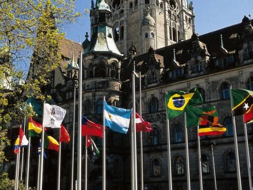 Flaggen unterschiedlicher Länder sind vor dem Rathaus gehisst