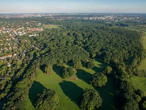 Blick auf Bäume und Felder am Rand Hannovers
