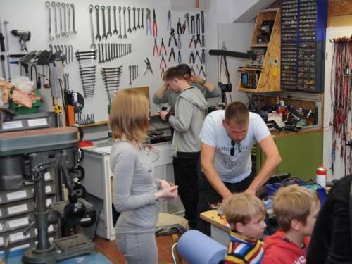 Hilfesuchende und Ehrenamtliche in der Werkstatt eines Repair-Cafés