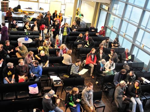 Teilnehmende einer Versammlung der Transition Town Hannover Initiative in einem großen Saal