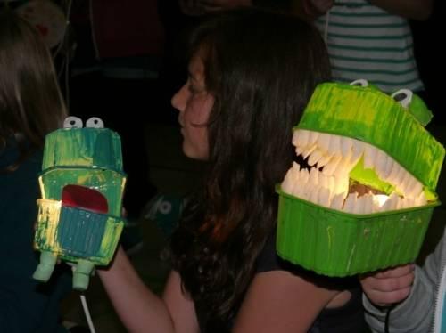 Aus Abfall gebastelte Monsterfiguren mit den stolzen Projektteilnehmerinnen