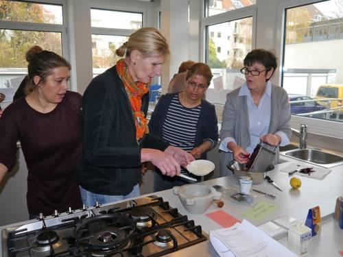 Vier Frauen in einer Lehrküche