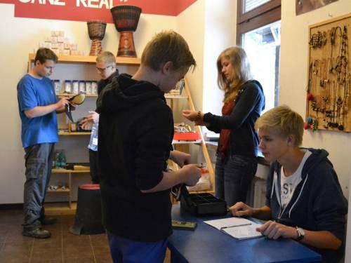 Schüler in ihrem eigenem Laden - als Kunden, Berater und Kassierer