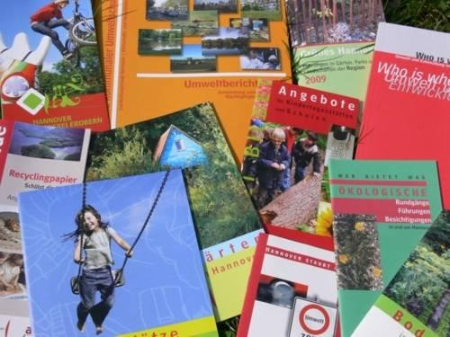 Zahlreiche unterschiedliche Broschüren des Fachbereichs Umwelt werden präsentiert