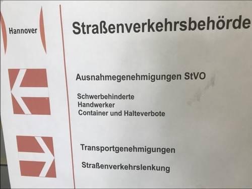 Frontansicht Schild der Straßenverkehrsbehörde