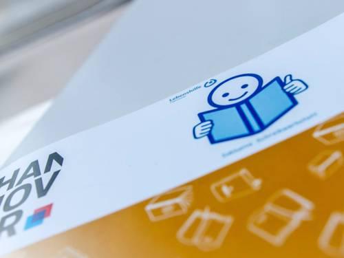 """Eine Broschüre mit dem Symbol """"Leichte Sprache"""" der Lebenshilfe"""