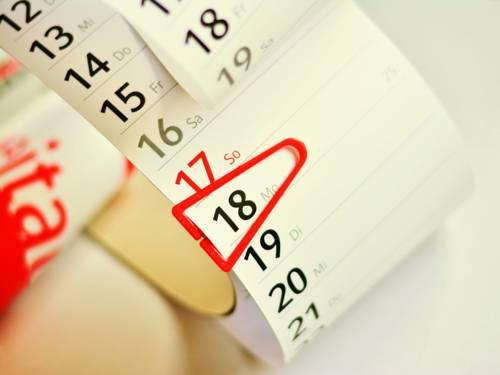 Auf einem Kalender ist ein Montag markiert.