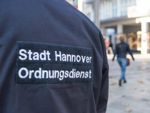 """Auf einer blauen Jacke ist der Schriftzug """"Stadt Hannover Ordnungsdienst"""" aufgebracht."""