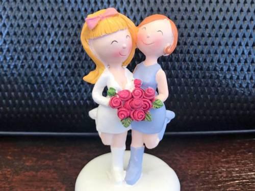 Hochzeitsdekoration: Zwei kleine weibliche Figuren in Hochzeitkleidern mit Brautstrauß
