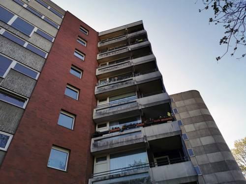Fassade eines mehrstöckigen Hauses mit Balkonen