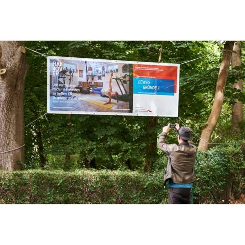 Die 13 Banner der Ausstellung Beweggründe II hängen aktuell im Stadtgebiet verteilt. Hier beispielsweise an der Einfahrt des DHC Hannover.