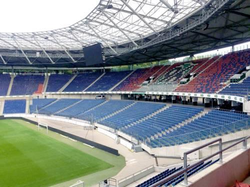 Blick auf die zweirängige Tribüne eines großen Stadions