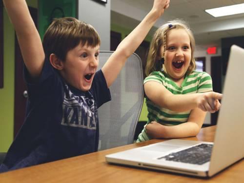 Kinder spielen am Laptop
