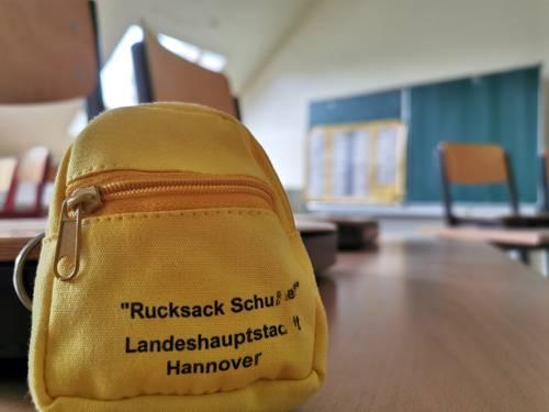 Ein gelber Ruchsack in einem leeren Klassenraum