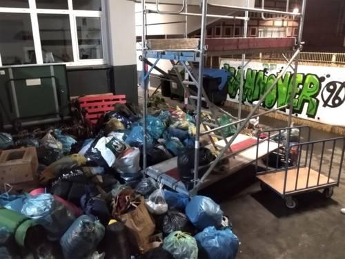 Nach der Abgabe verluden die Helfer*innen der Obdachlosenhilfe Hannover e.V. die Spenden in ihren Transporter und fuhren sie zu den Räumlichkeiten in Hainholz.
