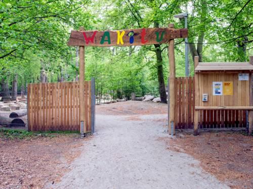 Eingang zu einer Außenlage im Wald.
